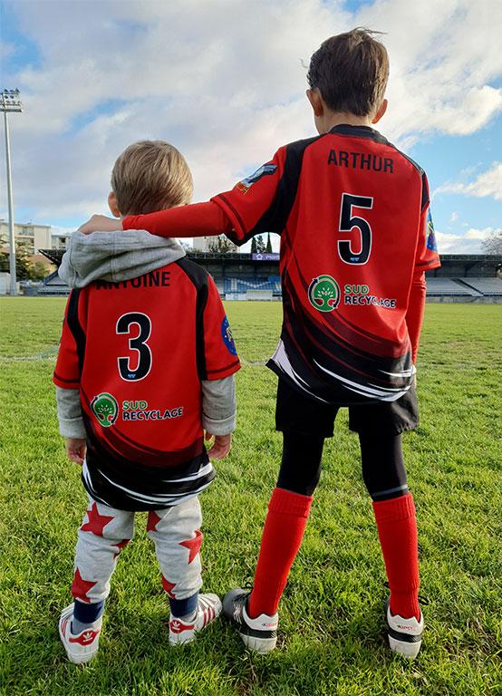 Deux enfants du club de rugby soutenu par Sud Recyclage